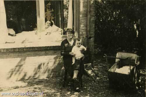 ... geboren 7-4-1927 en overleden 24-9-1941. Moeder zit met Henkie buiten
